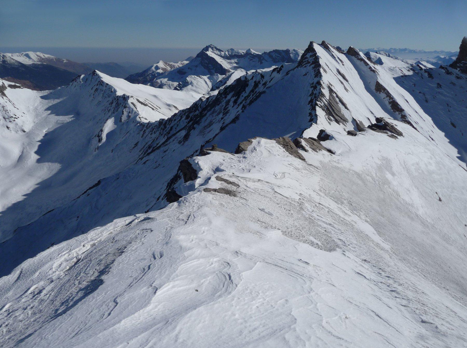 il panorama verso la val Varaita e sullo sfondo la pianura cuneese dalla spalla spalla nevosa