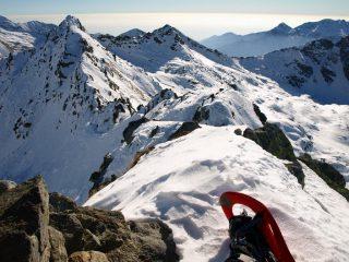 La cresta Sud-Est che parte da Punta Lazoney. Al centro Punta Tre Vescovi (2501 m) ed a destra il Colle della Mologna Grande (2364 m)
