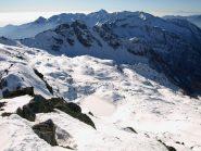 Dalla vetta di Punta Lazoney (2479 m) panorama verso Sud:  appena sotto il Lago di Zuckie, dietro i Monti Gemelli della Mologna (2473 m)