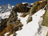 Uno dei punti critici del sentiero tra rocce, erba e neve