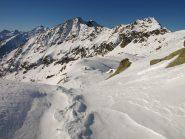 Da quota 2416 m si vede un ometto del Colle di Lazoney e dietro il Monte Pianeritz (2498 m)