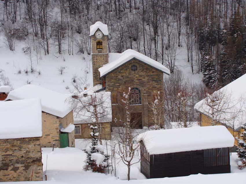 la chiesetta del paese in basso