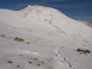 Traccia di salita da quota 2225 m, sullo sfondo Monte Las D'Arve (2293 m)