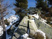 Il sentiero (sbagliato) porta su una cresta stretta e rocciosa e richiede l'uso di ramponi e piccozza