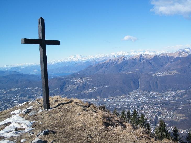 La croce di vetta e sullo sfondo il Monte Rosa