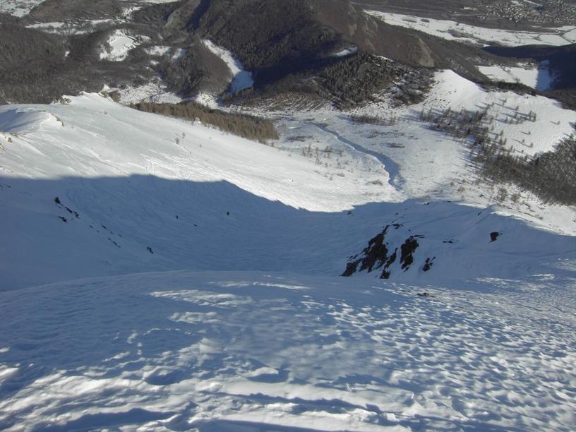 A sx termine della cresta e pendio di discesa,al centro il canalone piu' ravanato.