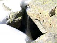 Stalattiti di ghiaccio in una pietraia a quota 1845 m