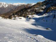 In salita verso il colle Carisey, si vede Alpe Carisey al centro verso sinistra