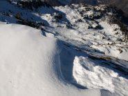 Ripido pendio visto dalla cresta, al centro a destra Alpe Carisey