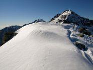 Cresta con le tracce dei miei ramponi. Sullo sfondo da sinistra: Punta Tre Vescovi (2341 m), Colma di Mombarone (2371 m) e Monte Bechit (2320 m)