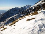 La pianura e verso destra sullo sfondo Punta Tre Vescovi (2341 m) e Colma di Mombarone (2371 m)