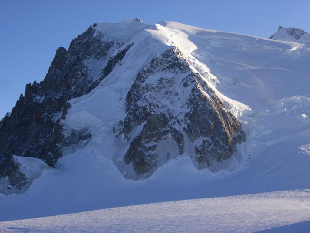l'uscita della goulotte,  sopra e a sinistra del Triangle du Tacul