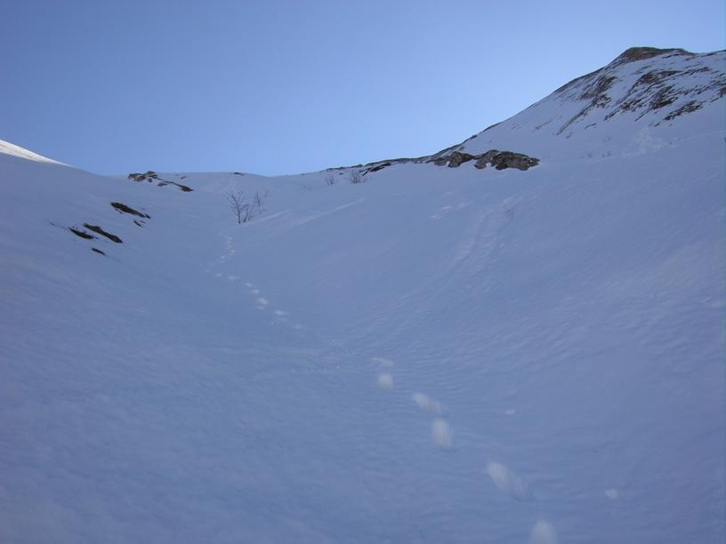 La discesa,a dx delle rocce il percorso di salita e la cresta nord-ovest.