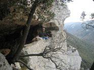 Luca affacciato dalla grotta che si trova nel canyon in discesa.