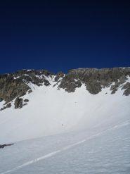 Grande sci!  Al centro in alto il canale di salita