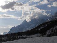 01 - Vista su Aguille Noire de Peuterey e M.te Bianco tra le nuvole
