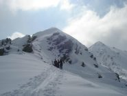 si lasciano gli sci per affrontare a piedi il tratto di cresta che porta in vetta