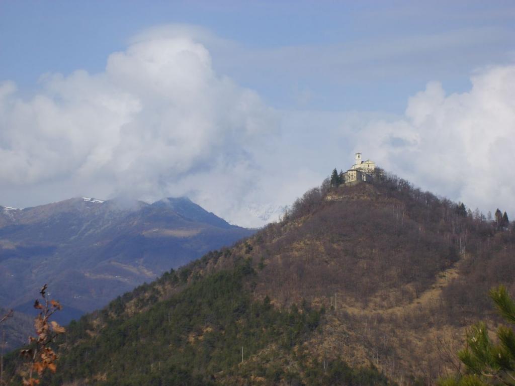 Santuario di Sant'Ignazio visto dalla cresta del monte Momello