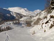 Strada per Dondena a quota 1900 m e sullo sfondo il Monte Rascias