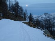 La strada che scende da Dondena, con la luna piena