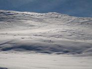 Pendio ripido sotto Punta Asgelas con poca neve polverosa sopra neve trasformata