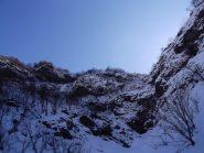 il tratto roccioso che protegge i pendii superiori