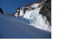 Canalino centrale con cascata di ghiaccio annessa