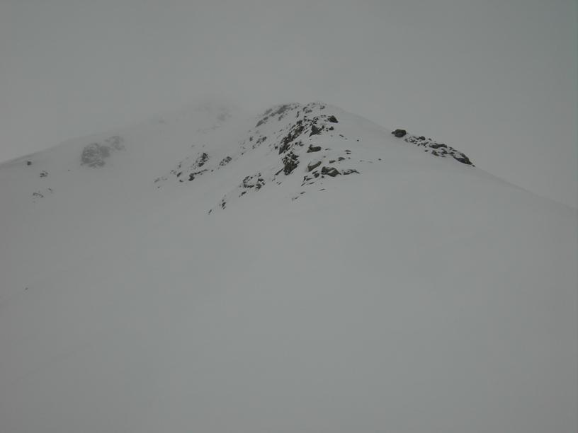 Parte alta della cresta nella nebbia.