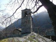 Campanile costruito su blocco di roccia