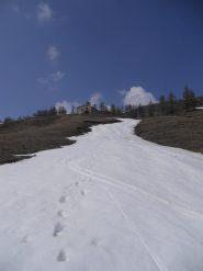 ultime curve su una lingua di neve sotto l'alpe bruns
