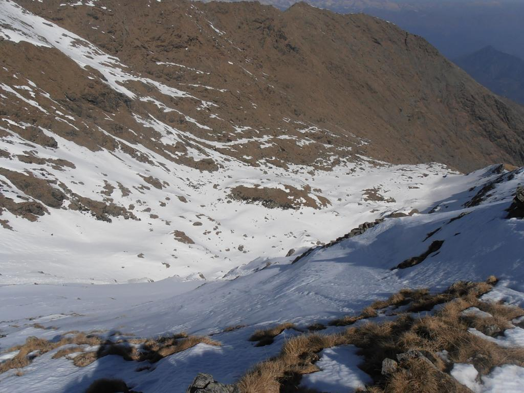 14 - da Punta delle Croce giù verso il vallone del Civrari ancora parzialmente innevato