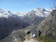 Meritato riposo in cima con vista verso il Monte Lera