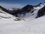 ormai nell'ampio vallone con neve sempre spettacolare