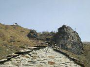 il santuario e la parete con vie di arrampicata