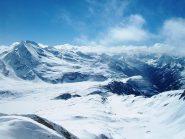 Dalla cima il vallone di Valrossa, i laghi e il Basodino