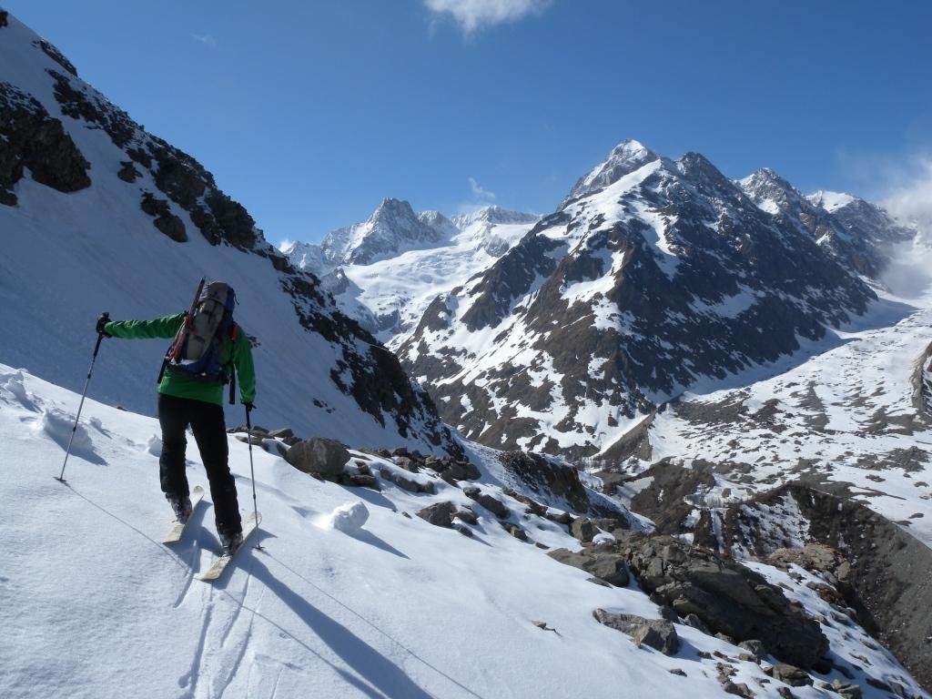 il lungo traverso dalla Youla e sullo sfondo la meta con la sua cresta nevosa finale