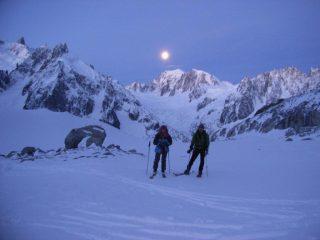 Non è il sole, è la Luna, al mattino sul monte Bianco