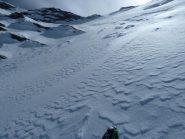 da qui si prosegue a piedi, passando sulla neve fra le rocce a sx