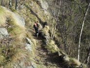 bel sentiero ricavato dal ripido versante
