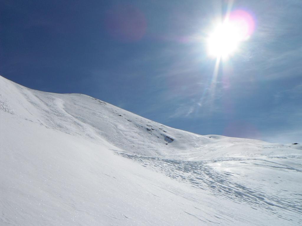 ultimo pendio in neve primaverile e con segni precedenti di sci