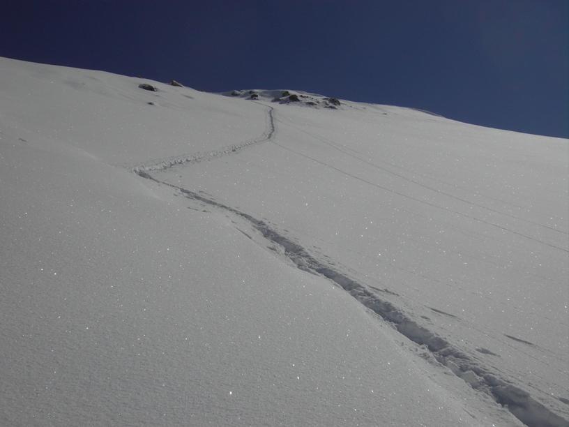 Discesa del pendio sommitale sulla traccia di salita;in alto uscita a sx,vetta poco a dx.