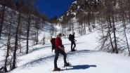 Andrea e Stelvio in salita a quota 2200 m. nel Vallone di Ciaval (21-4-2012)