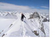Carlo avanza sulla cresta al Becco Grande...alla sua dx e' la Rocca la Meja da est