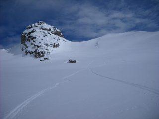 Prime curve in discesa, sullo sfondo la Rocca del Nigro