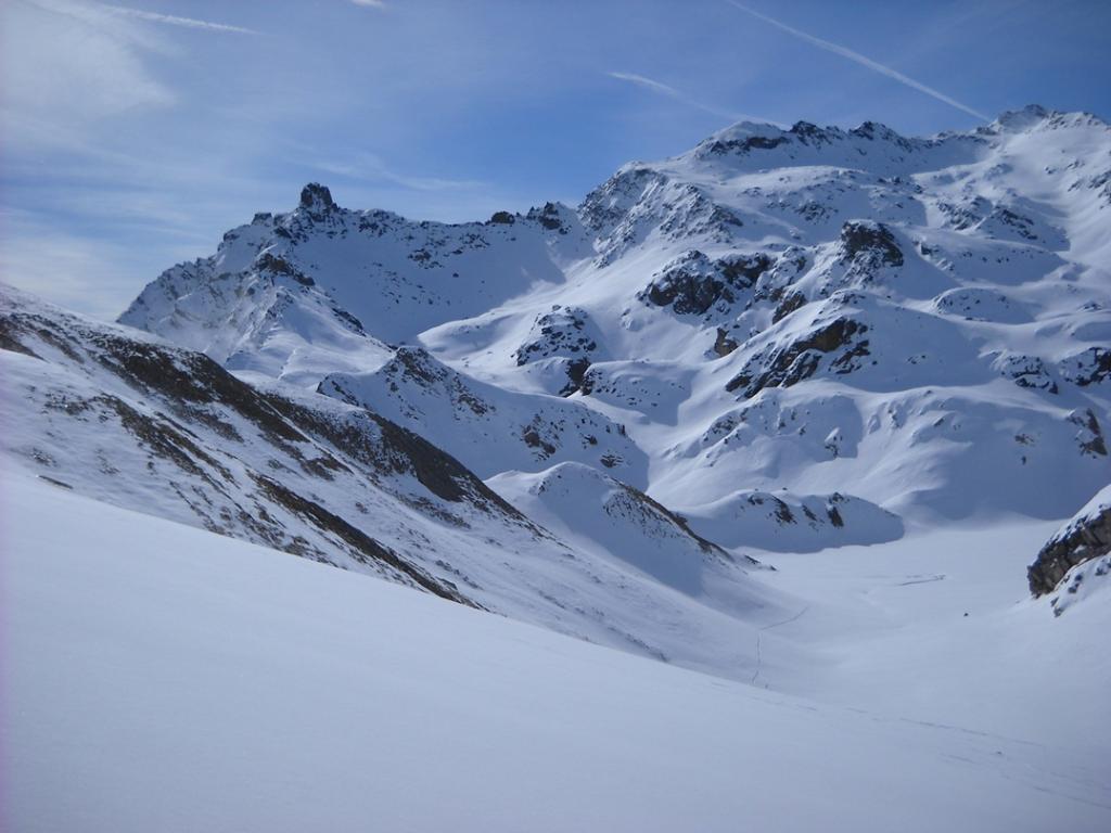In salita nel vallone verso il Biancetta, sullo sfondo la Tour Real, la Pienasea e il lago Bleu