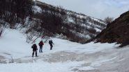 calpestiamo la prima neve, a quota 2000 m. (28-4-2012)