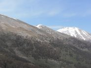 02 - il Monte Vin Vert presenta ancora neve accumulata sugli ultimi tornanti, in basso si vede una ripida rampa della strada sopra Gr.della Roche