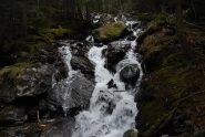 La cascata del Torrente di Tillac, dal ponte in tronchi sul sentiero tra Dailley e Petratra.
