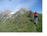 Paolo e Rodolfo salgono la dorsale che porta al Bec Baral...
