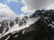 11 - da Casses Blanches -sx - lungo la cresta che porta verso il Roc Peirous - dx - , non ancora visibile nella foto